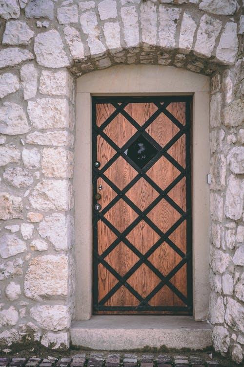 Кафява входна врата